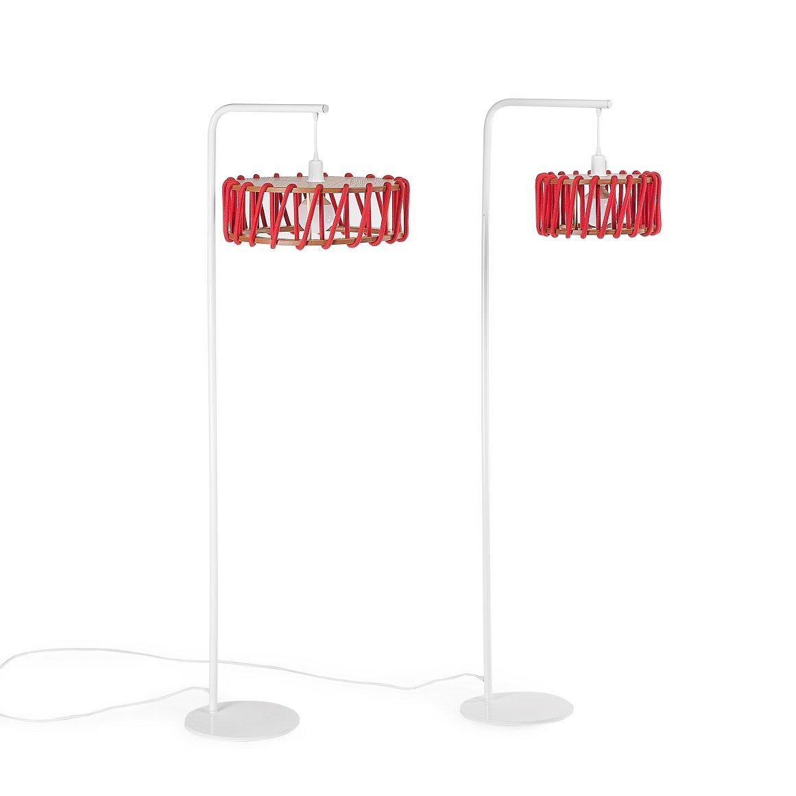 Weiße Macaron Stehlampe mit kleinem roten Schirm von Silvia Ceñal für ...