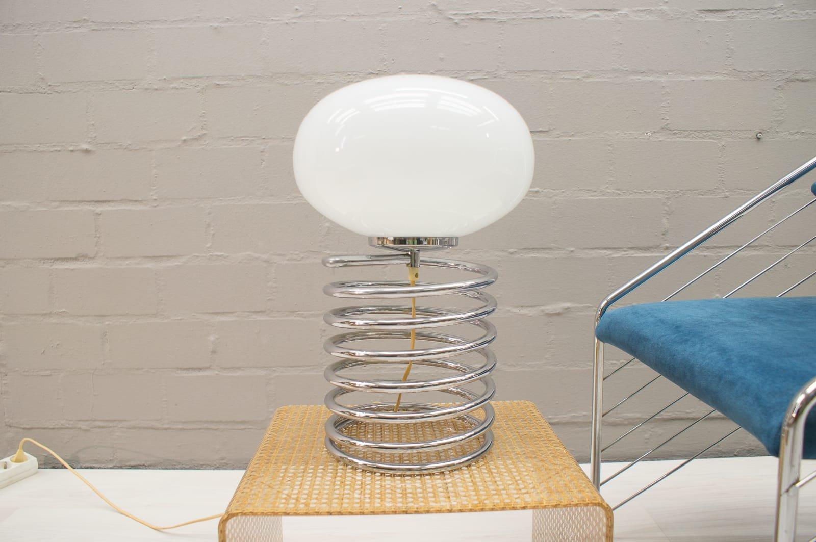 Spiralen Tischlampe aus Chrom mit ovalem Schirm aus Opalglas, 1960er