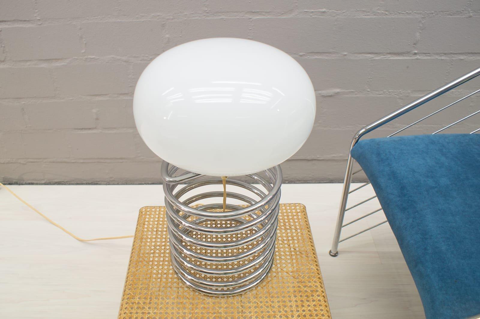 spiralen tischlampe aus chrom mit ovalem schirm aus opalglas 1960er bei pamono kaufen. Black Bedroom Furniture Sets. Home Design Ideas