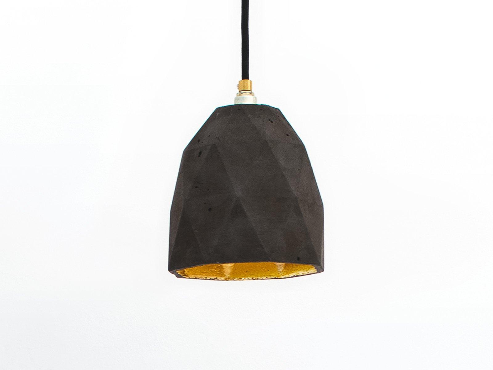 [T1] Hängelampe aus dunklem Beton & Gold Dreieck von Stefan Gant für G...