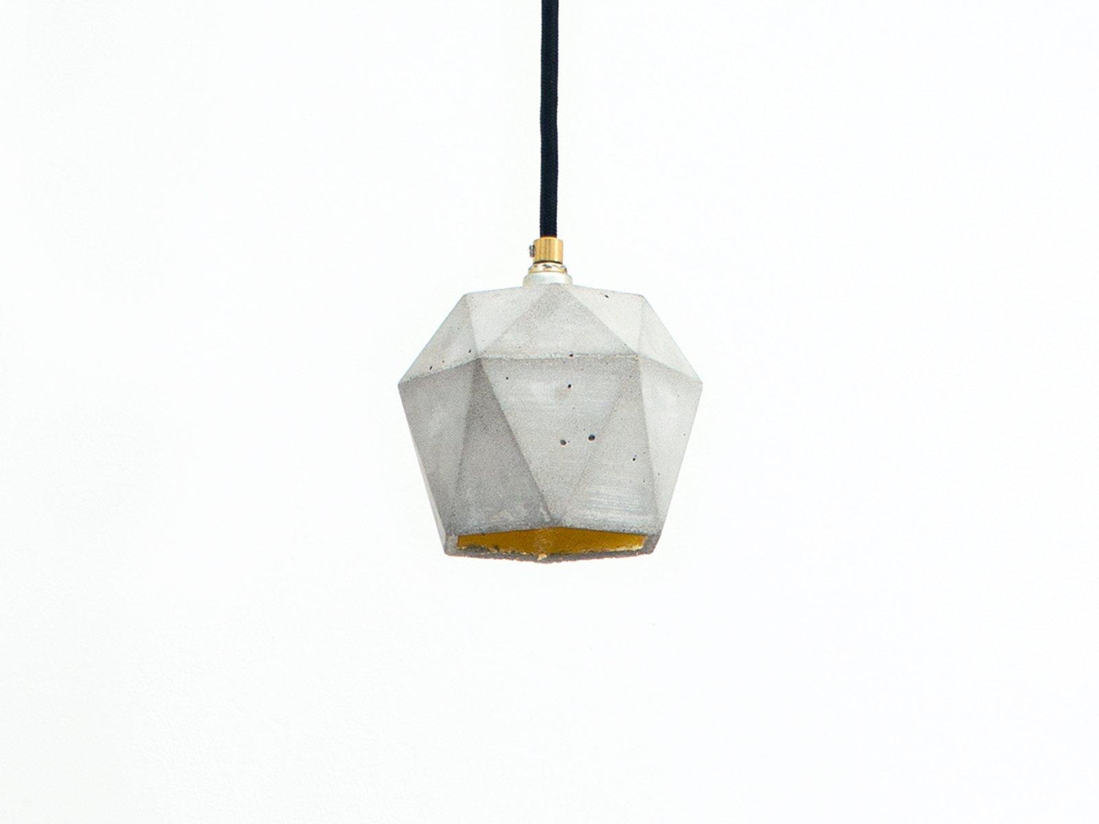 [T2] Hängelampe aus Beton & Gold Dreieck von Stefan Gant für GANTlight...