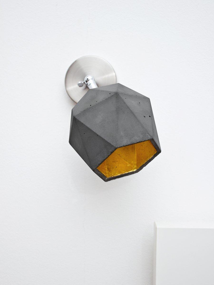 [T2] Wandleuchte aus dunklem Beton & Gold Dreieck von Stefan Gant für ...