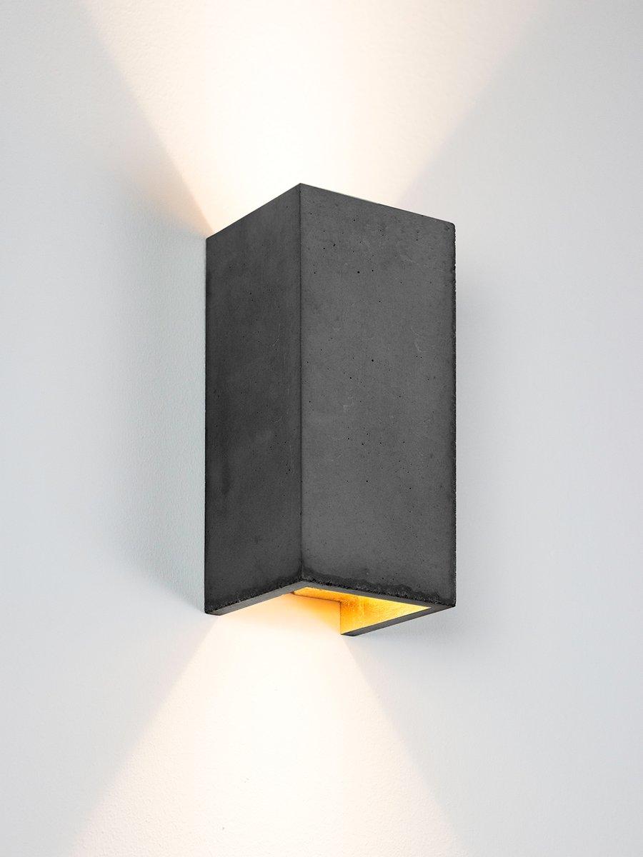 [B8] rechteckige Wandlampe aus dunklem Zement & Gold von Stefan Gant f...