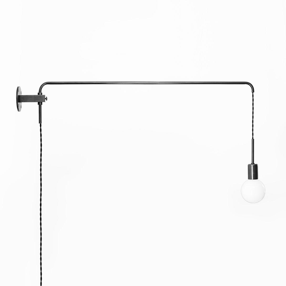Minimalistische schwarze Mid-Century Potence Wandlampe aus oxidiertem ...