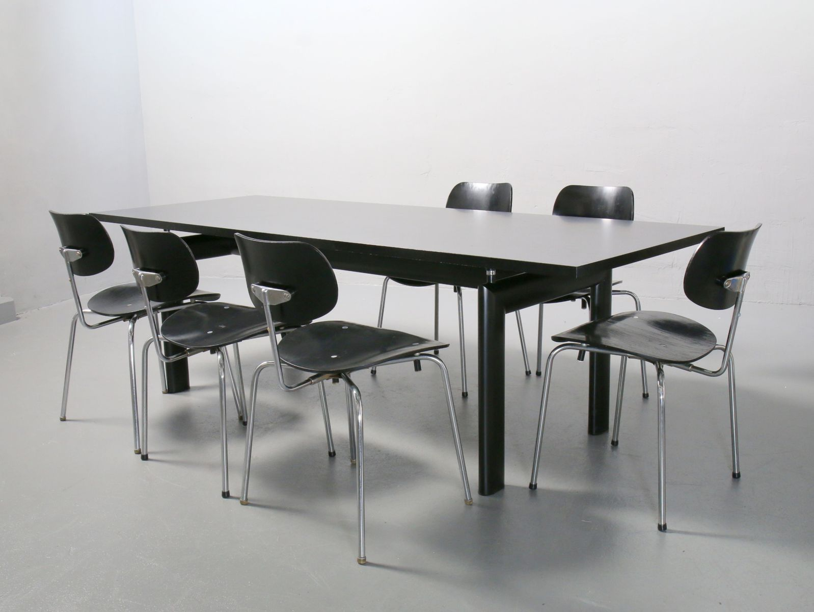 Tavolo da pranzo LC6 di Le Corbusier, Pierre Jeanneret & Charlotte ...