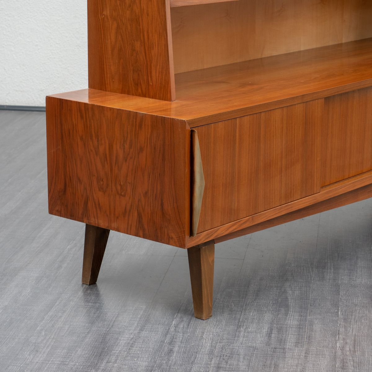 mid century sideboard mit nussholz ahorn regalen bei pamono kaufen. Black Bedroom Furniture Sets. Home Design Ideas