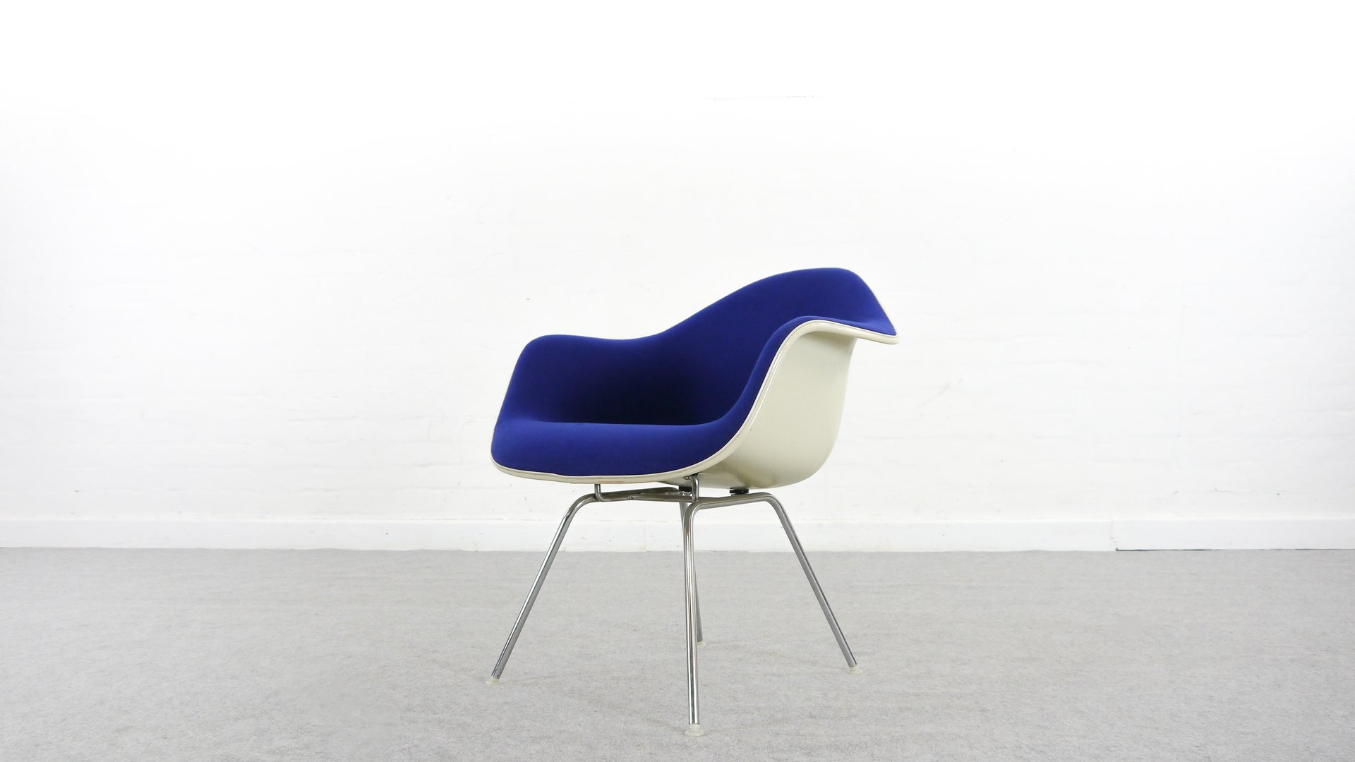 Blauer Sessel mit niedrigem Gestell von Charles & Ray Eames für Vitra,...
