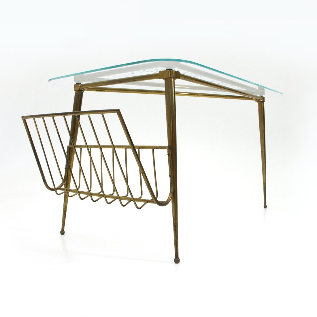 Dreieckiger italienischer Messing & Glas Couchtisch, 1950er