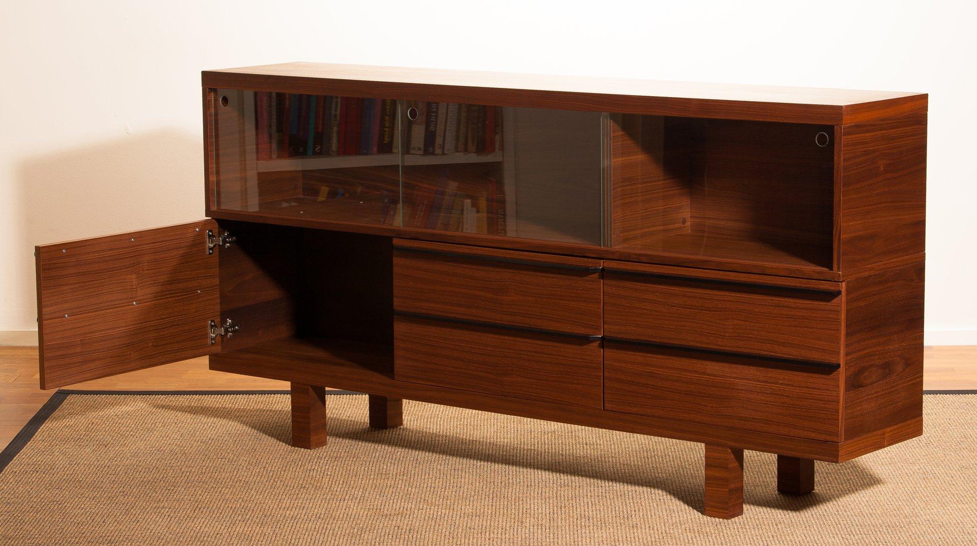 walnuss sideboard mit vitrine 1980er bei pamono kaufen. Black Bedroom Furniture Sets. Home Design Ideas
