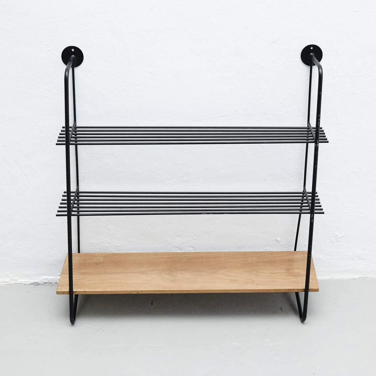 metall holz wandregal 1950er bei pamono kaufen. Black Bedroom Furniture Sets. Home Design Ideas