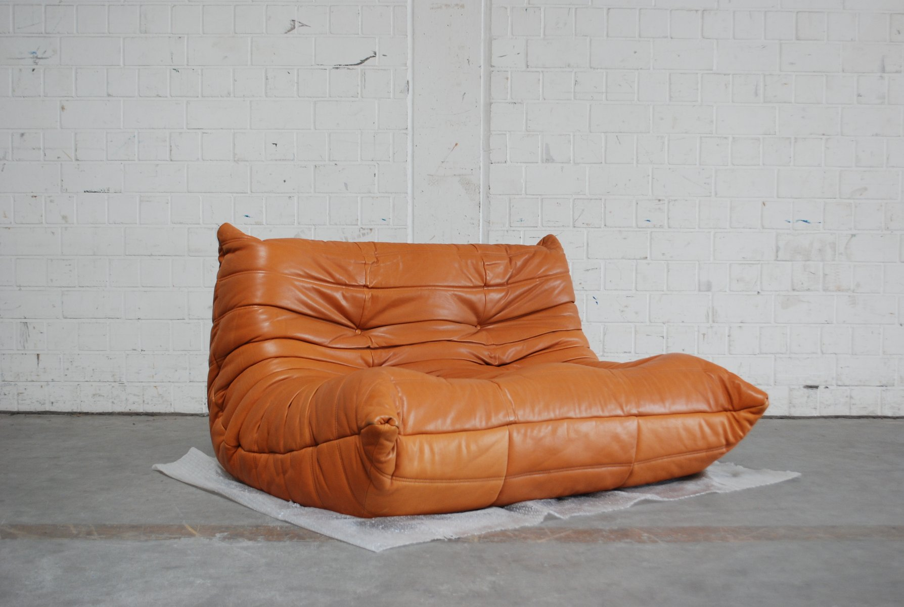 togo sofa in cognacfarbenem leder von michel ducaroy f r ligne roset 1980er bei pamono kaufen. Black Bedroom Furniture Sets. Home Design Ideas