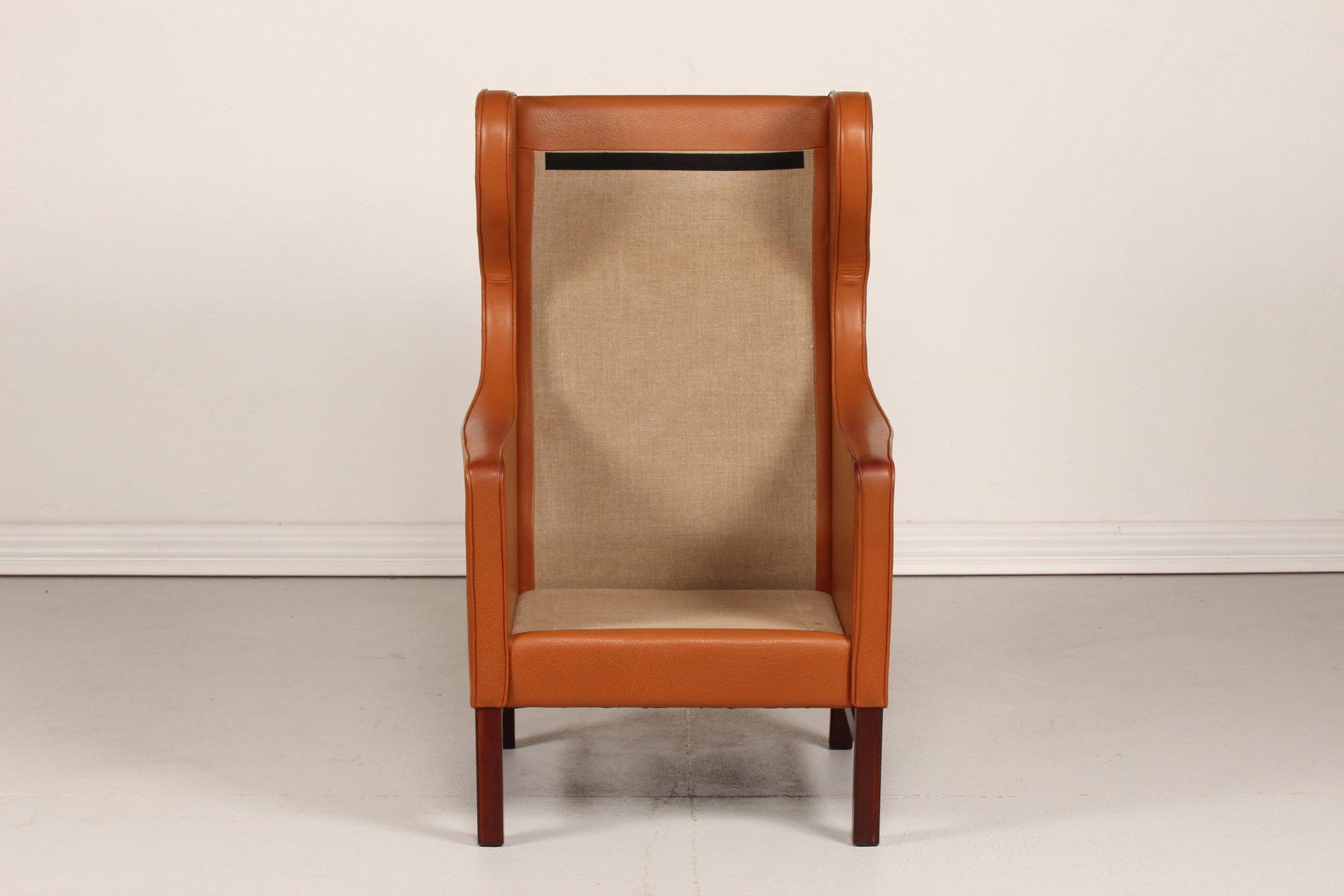 d nischer sessel mit hoher r ckenlehne in cognacfarbenem. Black Bedroom Furniture Sets. Home Design Ideas