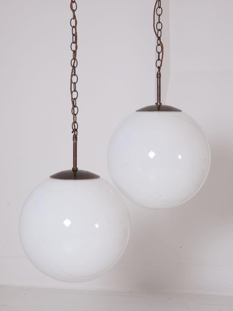 Große kugelförmige Opalglas Hängeleuchten, 1930er