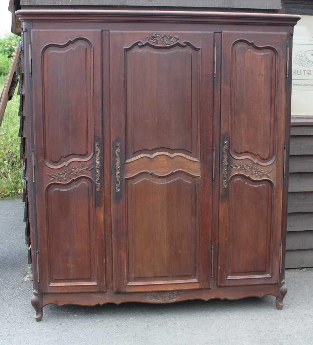 gro er eiche kleiderschrank mit 3 t ren 1930er bei pamono kaufen. Black Bedroom Furniture Sets. Home Design Ideas