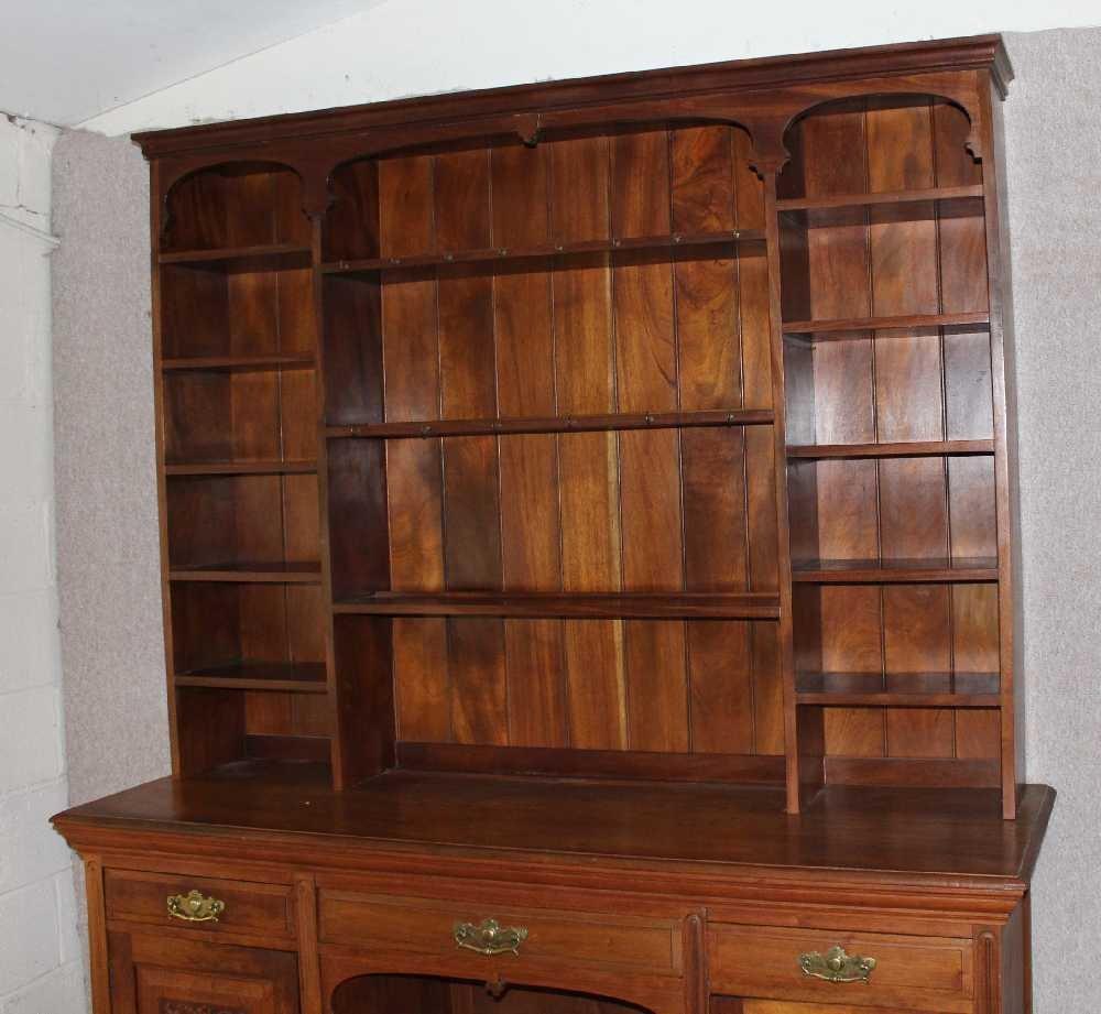 gro er schrank aus geschnitztem nussholz 1920er bei pamono kaufen. Black Bedroom Furniture Sets. Home Design Ideas