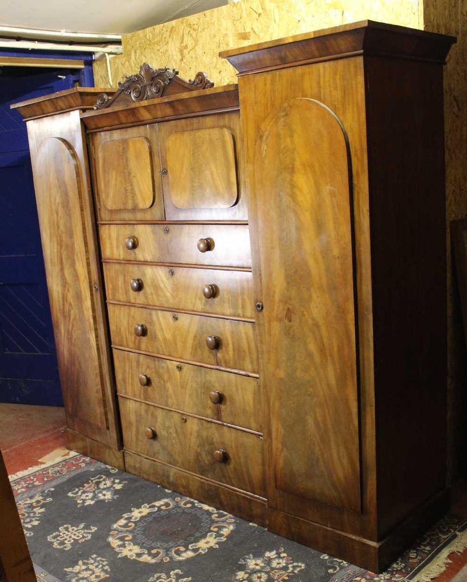 Viktorianischer Mahagoni Sentinel Kleiderschrank mit Carved Top Cornic...