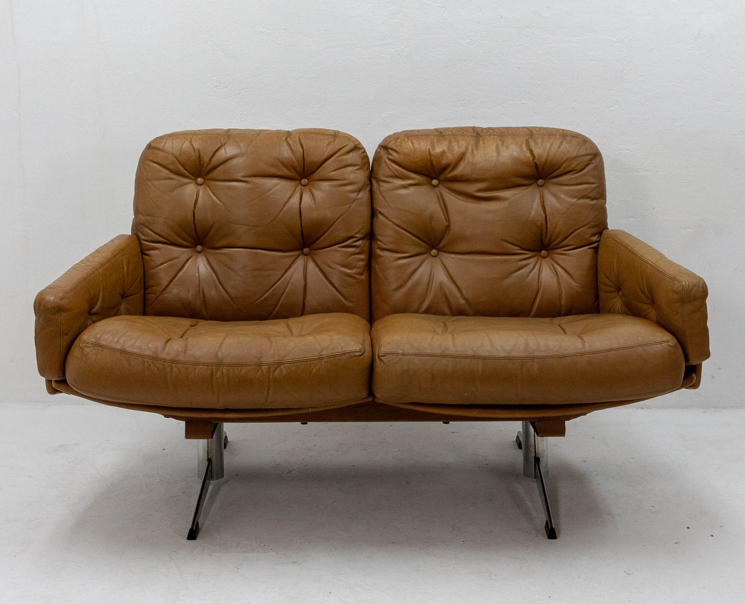 Curved Leather Sofa 1960s En Vente Sur