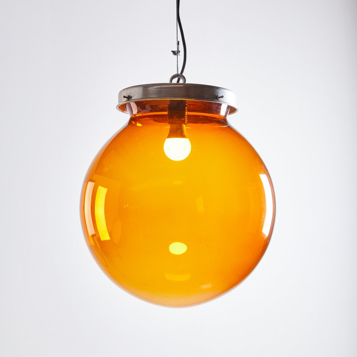 gro e kugel h ngelampe aus bernsteingelbem glas 1970er bei pamono kaufen. Black Bedroom Furniture Sets. Home Design Ideas
