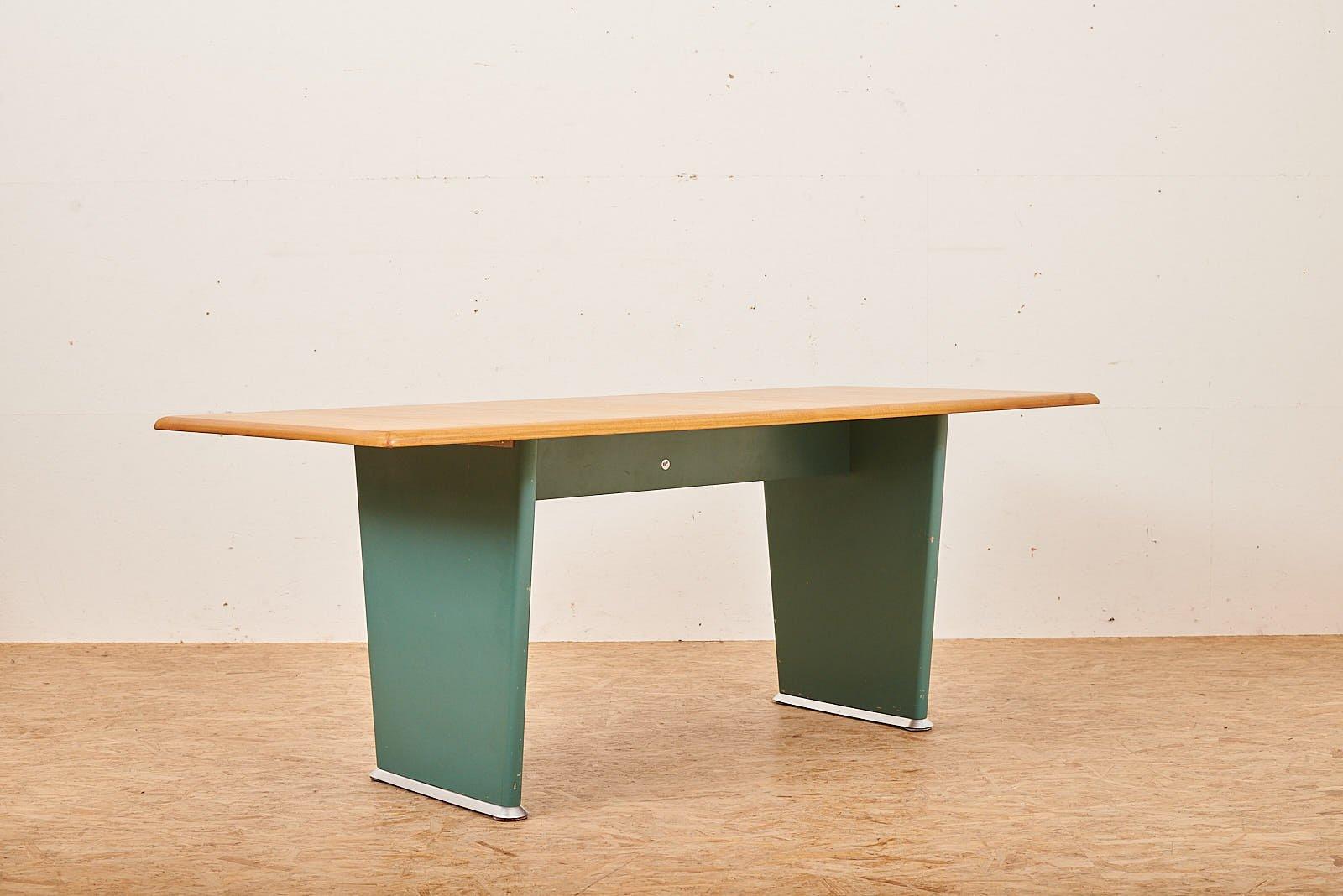 Konferenztisch mit Schichtholz Rahmen von Bigla