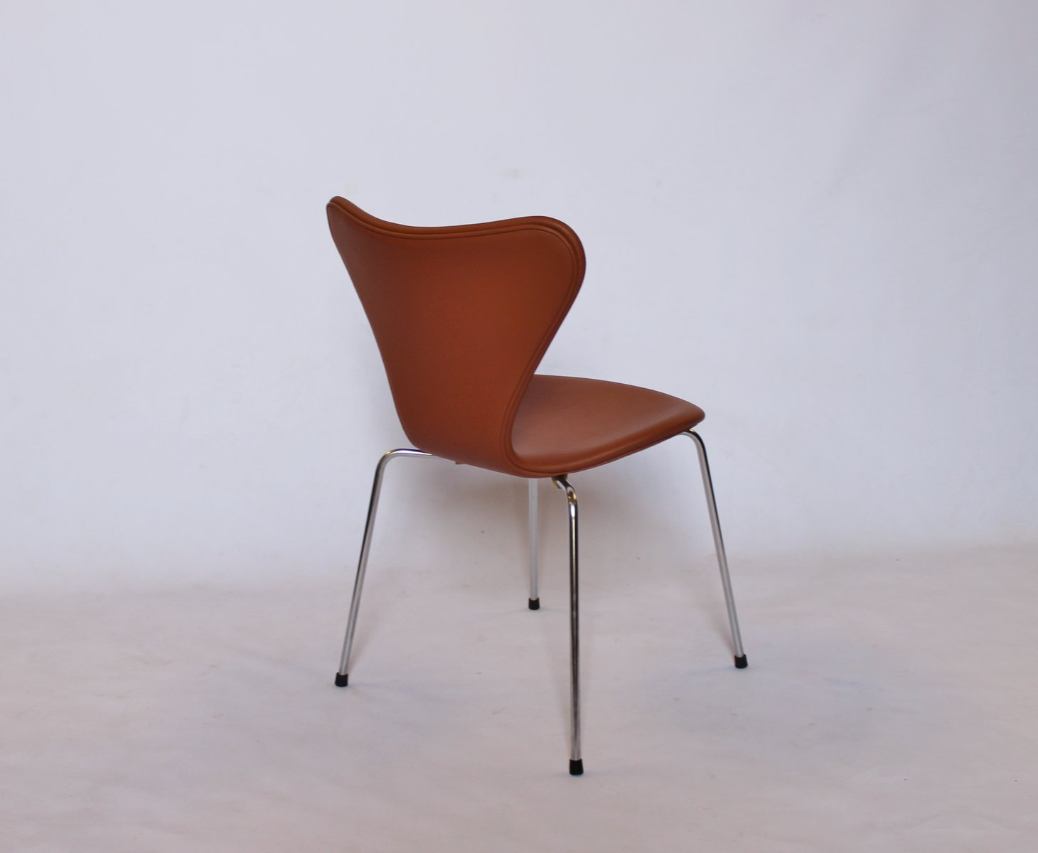 Model 3107 cognac leather chairs by arne jacobsen for - Arne jacobsen mobel ...