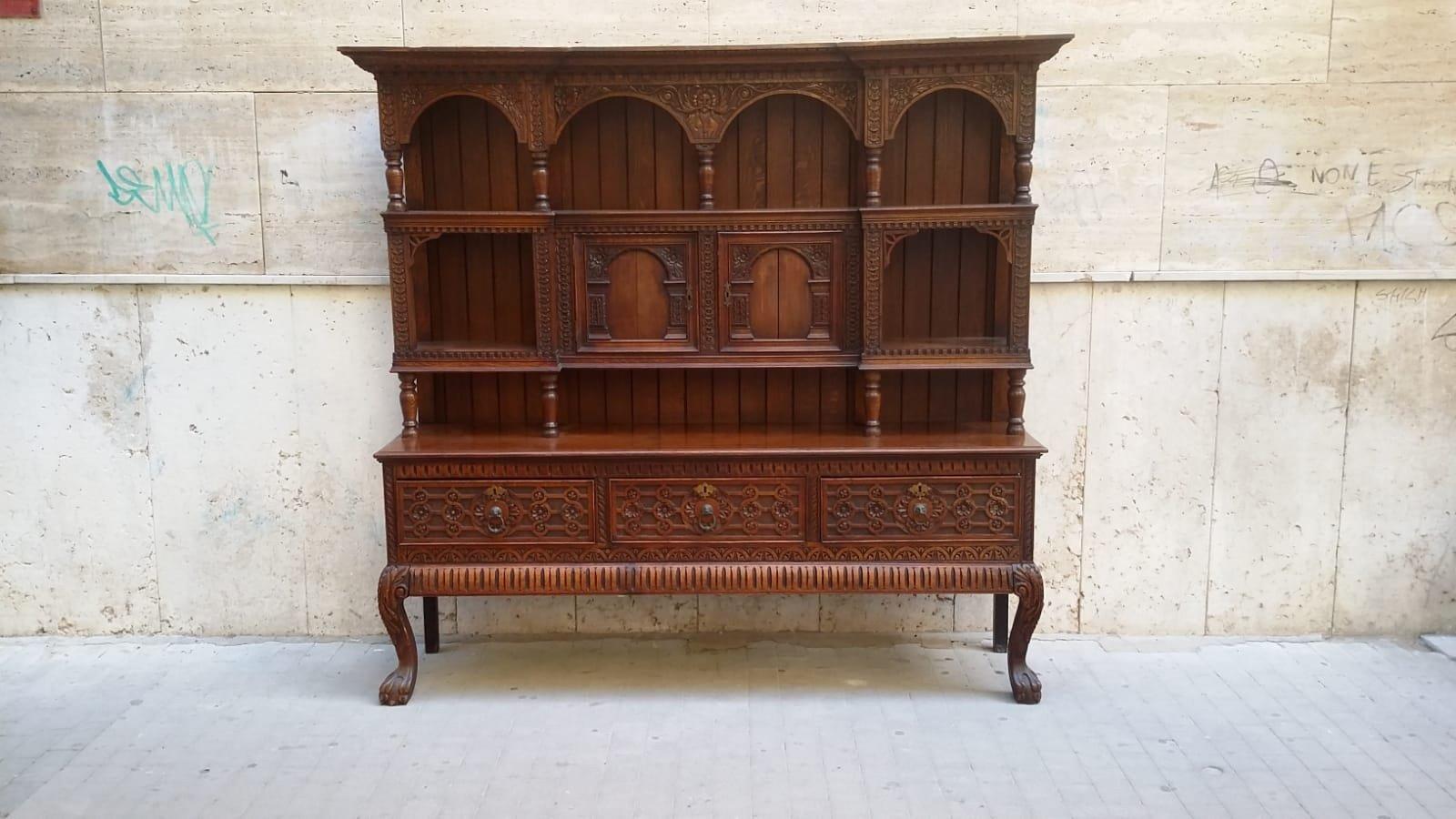 Antikes spanisches Sideboard aus geschnitztem Holz