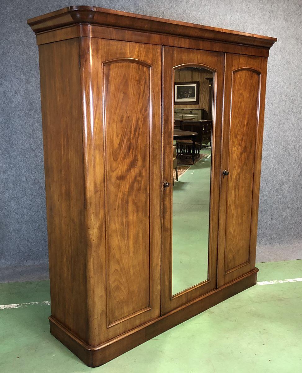 viktorianischer kleiderschrank aus holz bei pamono kaufen. Black Bedroom Furniture Sets. Home Design Ideas