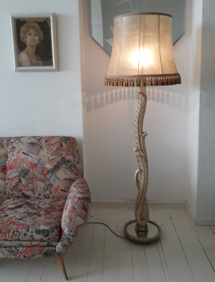 Stehlampe aus geschnitztem Holz mit verspiegeltem Sockel & Quastenschi...