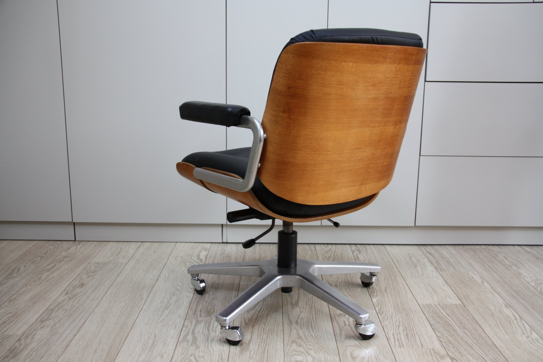 vintage swivel office chair in black leather wood by karl dittert for giroflex 1960s for sale. Black Bedroom Furniture Sets. Home Design Ideas