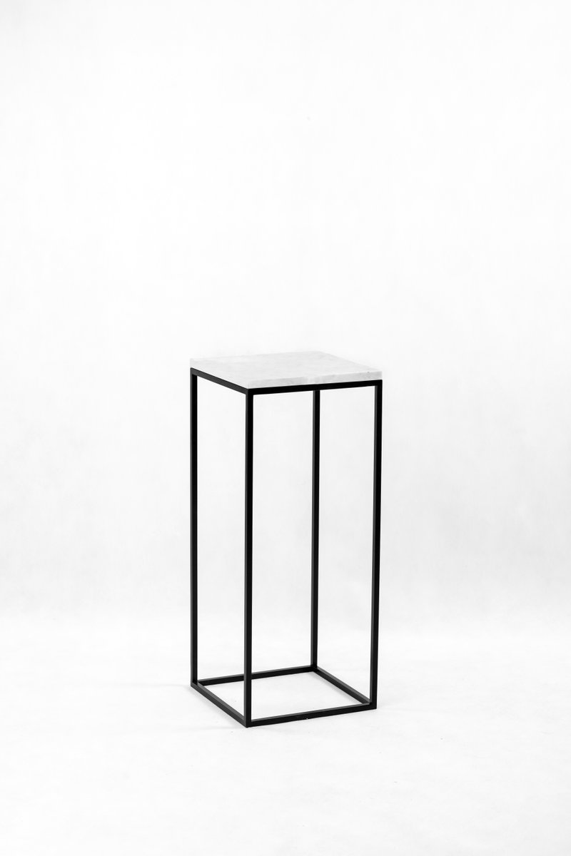 Small White Pillar Side Table By Uncommon Bei Pamono Kaufen