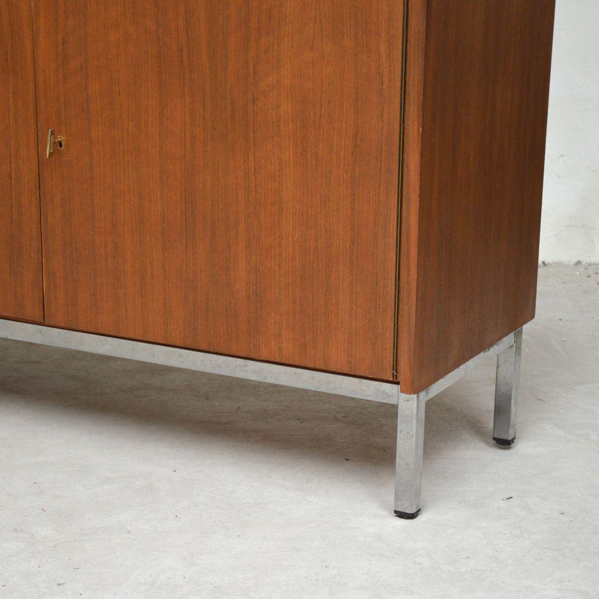 sideboard auf metallf en 1960er bei pamono kaufen. Black Bedroom Furniture Sets. Home Design Ideas