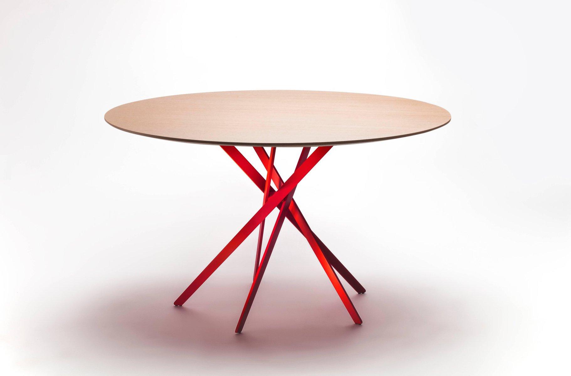 IKI Tisch mit rot-lackiertem Fuß & Furnierplatte aus Eiche von Marco Z...
