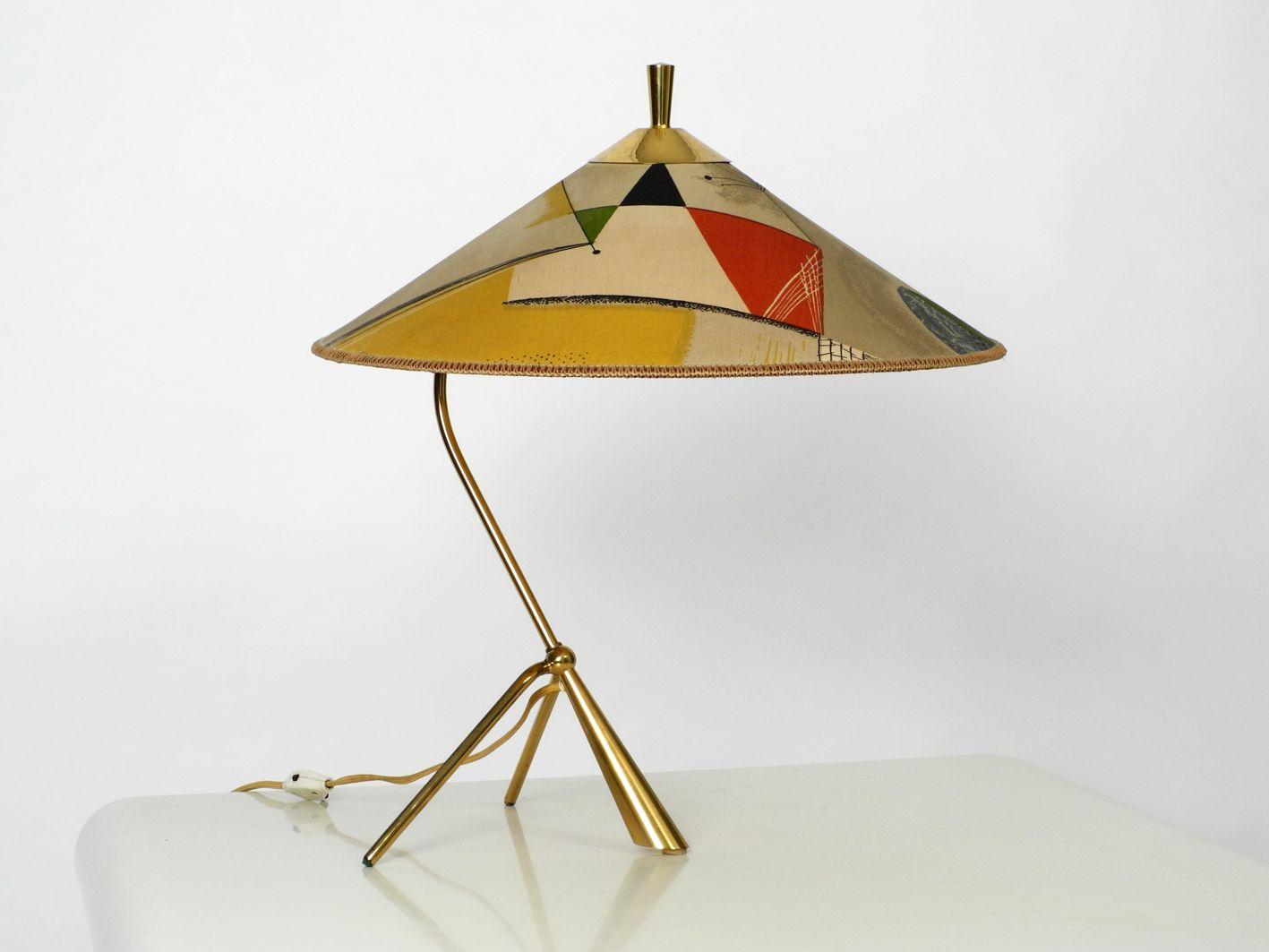 Große Mid-Century Dreibein Tischlampe aus Messing mit farbigem Schirm ...