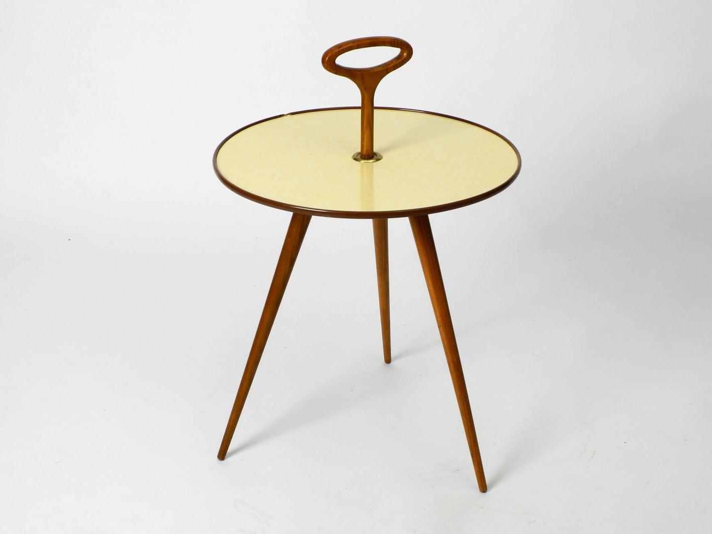 kleiner runder mid century dreibein tisch mit griff beinen aus nussholz bei pamono kaufen. Black Bedroom Furniture Sets. Home Design Ideas