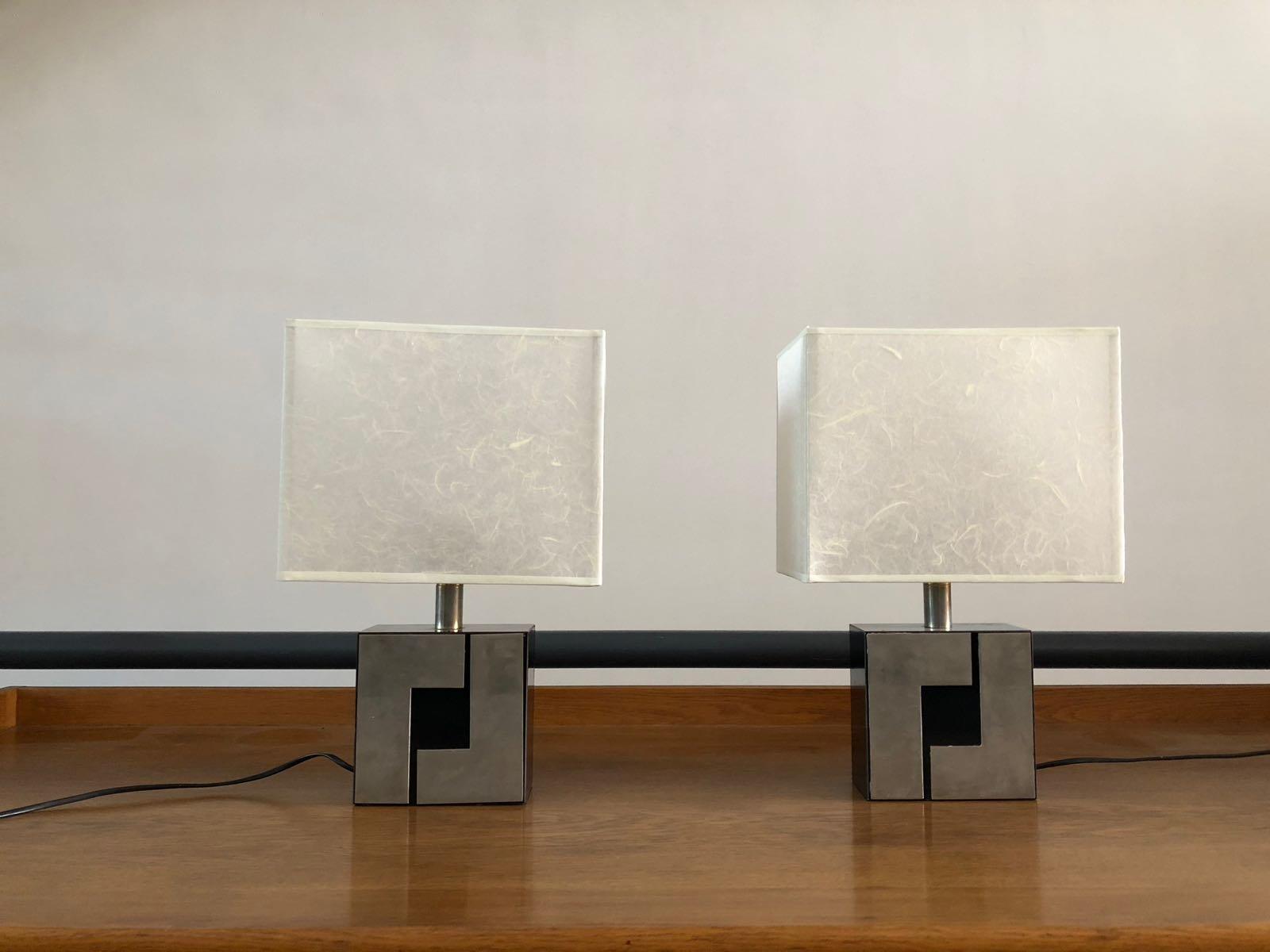 Französische Tischlampen mit schwarzen and silbernen geometrischen Füß...