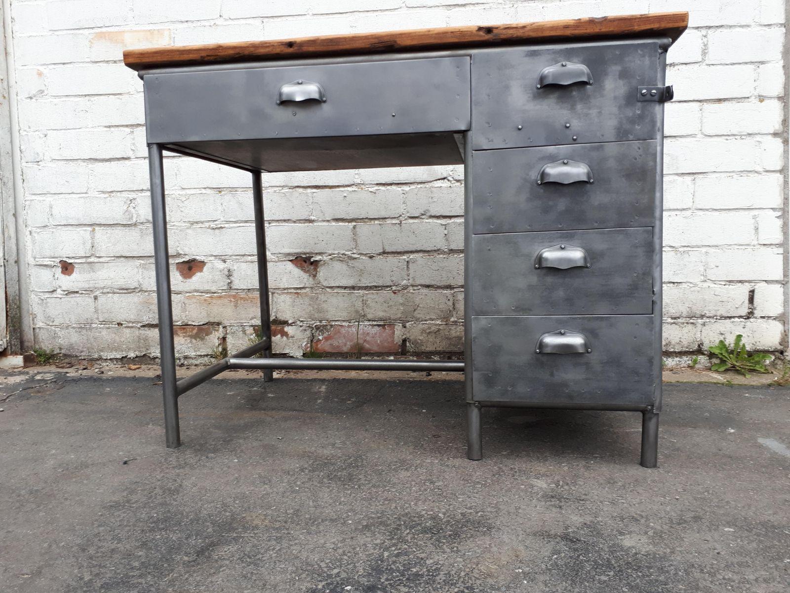 Scrivania vintage industriale con cassetti in metallo in vendita su