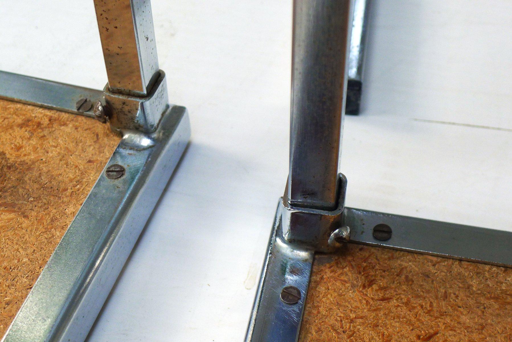 Set di tavolini ad incastro in metallo cromato con piastrelle