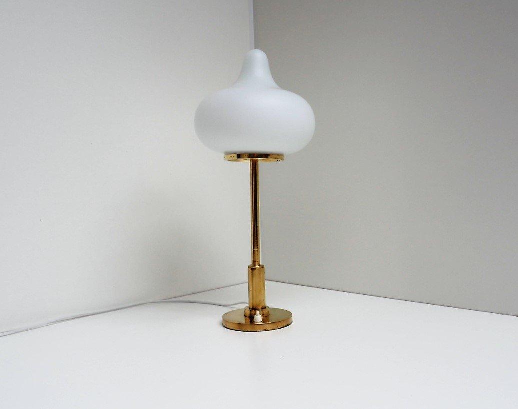 Opalglas und Messing Tischlampe von Mogens Hammer & Henning Moldenhawe...