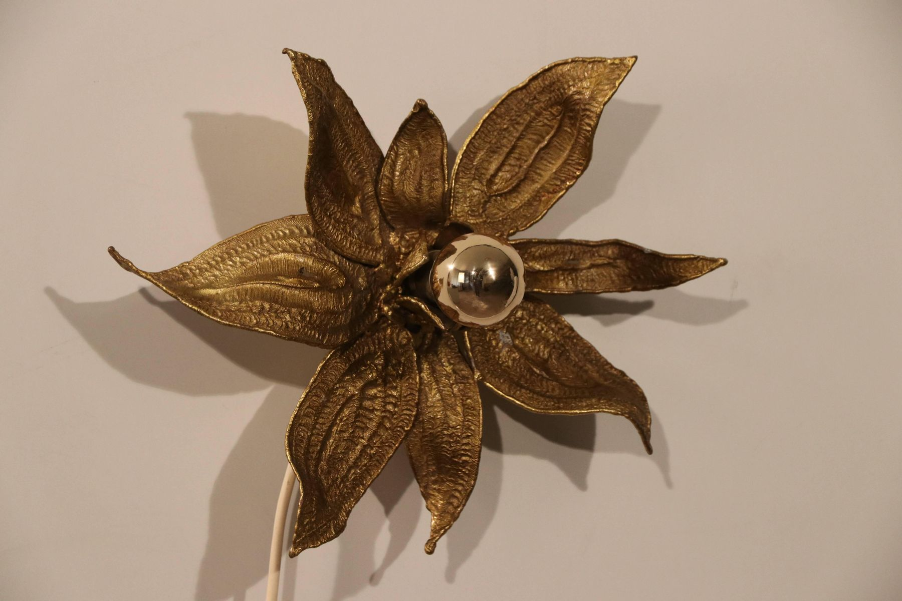 Applique vintage a forma di fiore in bronzo dorato di paul