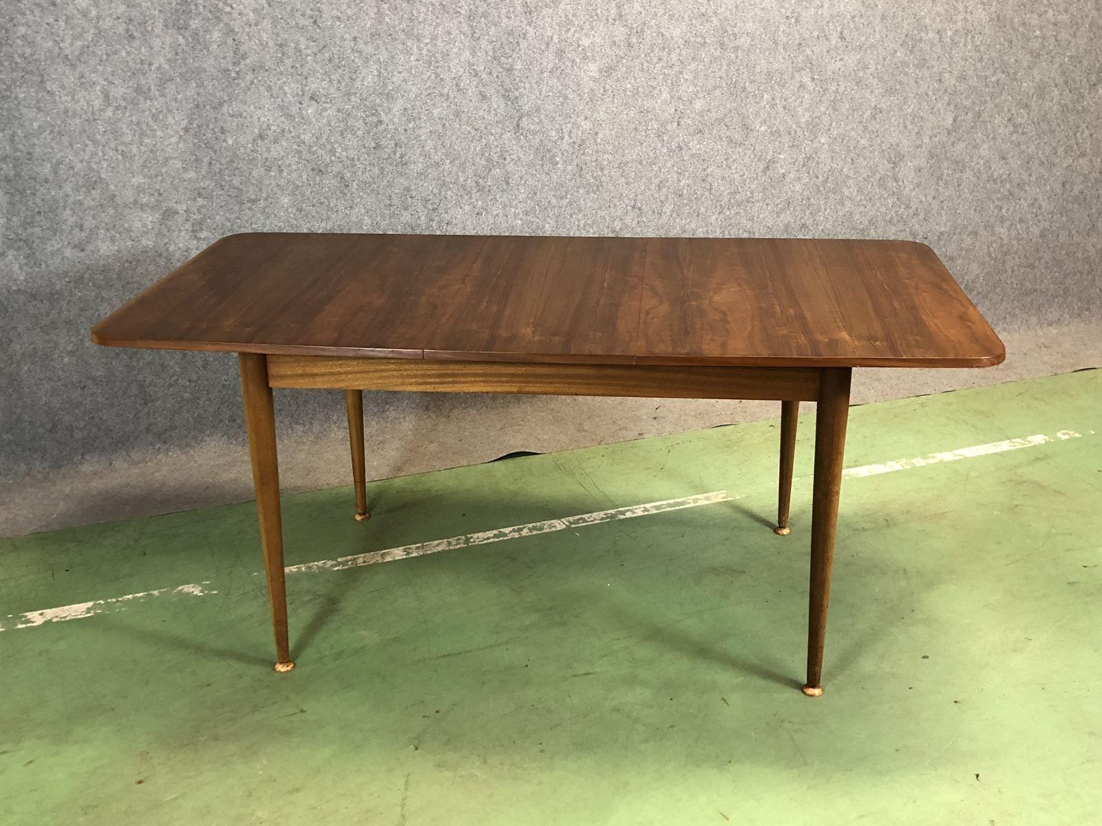 Tisch aus Nussholz, 1970er