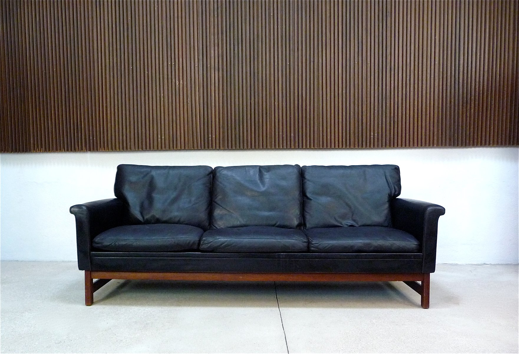 d nisches 3 sitzer sofa aus leder und teak 1960er cafe konrad vib. Black Bedroom Furniture Sets. Home Design Ideas