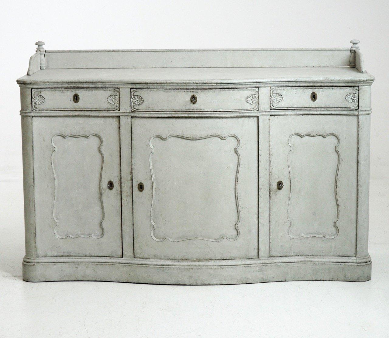 Großes antikes Sideboard mit drei Türen