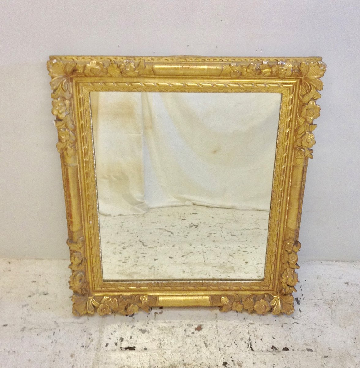 Antiker geschnitzter Spiegel mit Holzrahmen bei Pamono kaufen