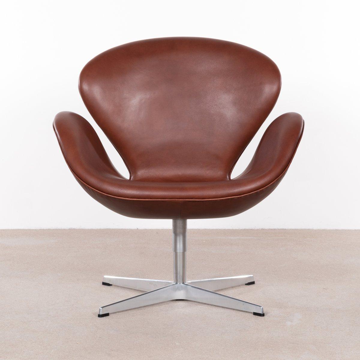 Vintage 3320 Swan Chair aus braunem Leder von Arne Jacobsen für Fritz ...