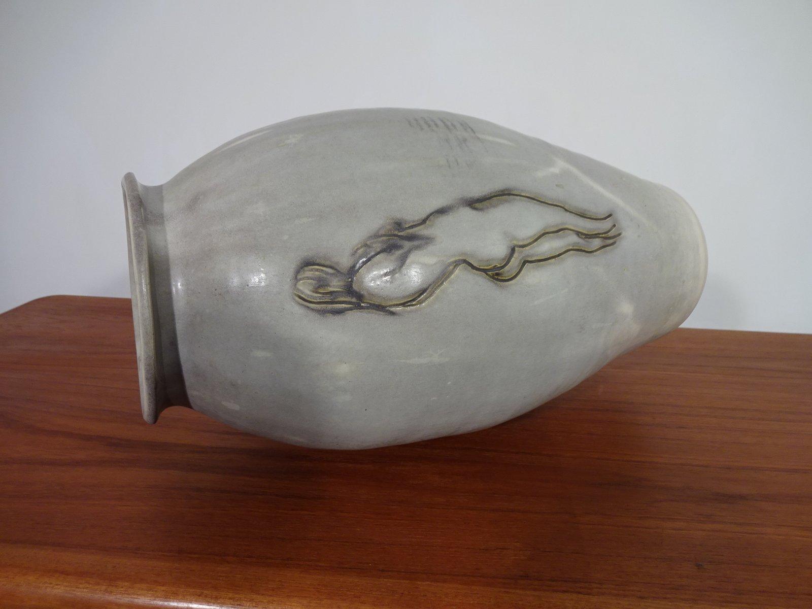 naked-women-vases