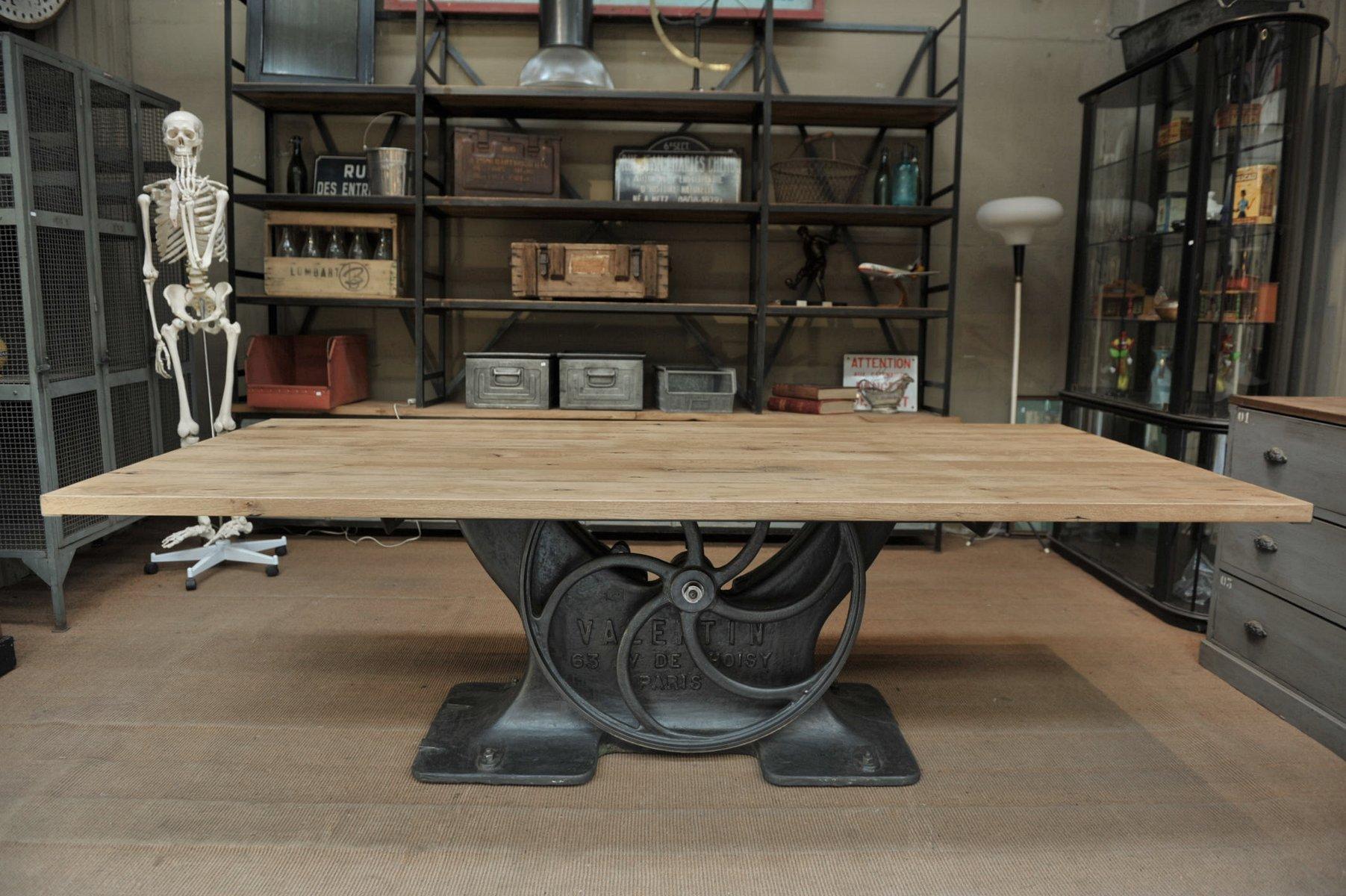 Industrieller Tisch aus massivem Eichenholz mit Standfuß aus Gusseisen...