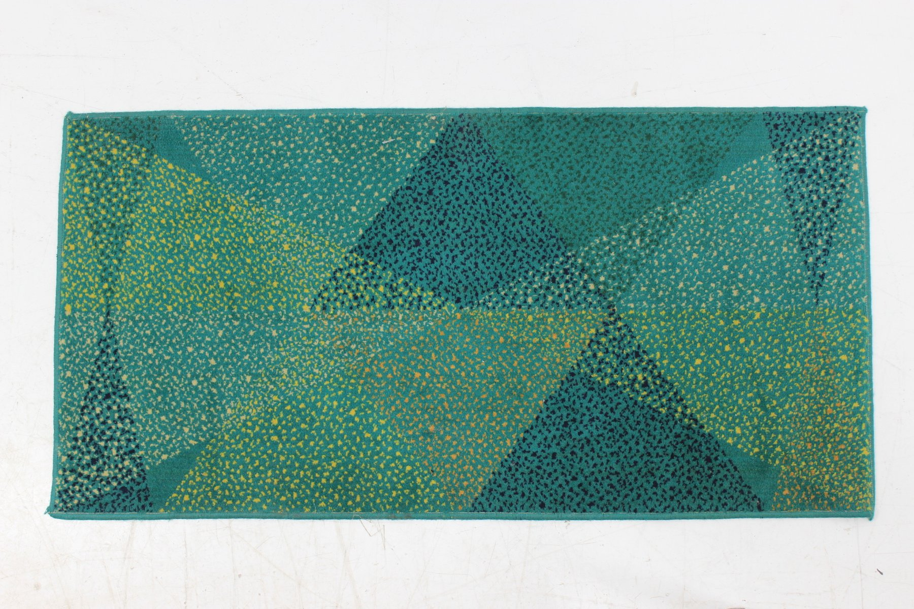 kleiner gr ner teppich mit geometrischem muster 1970er bei pamono kaufen. Black Bedroom Furniture Sets. Home Design Ideas