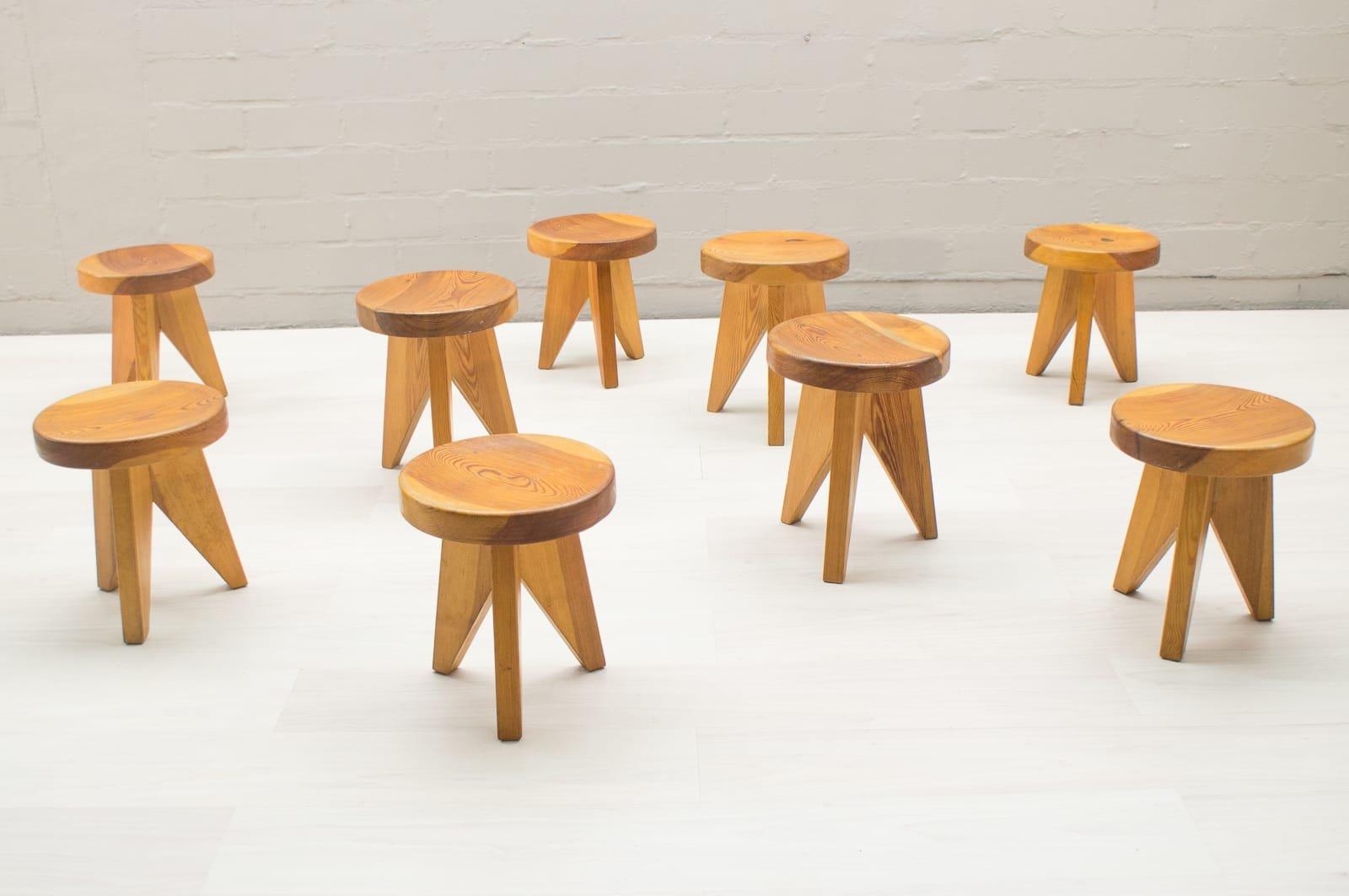 Sgabelli tripodi in legno francia anni set di in vendita