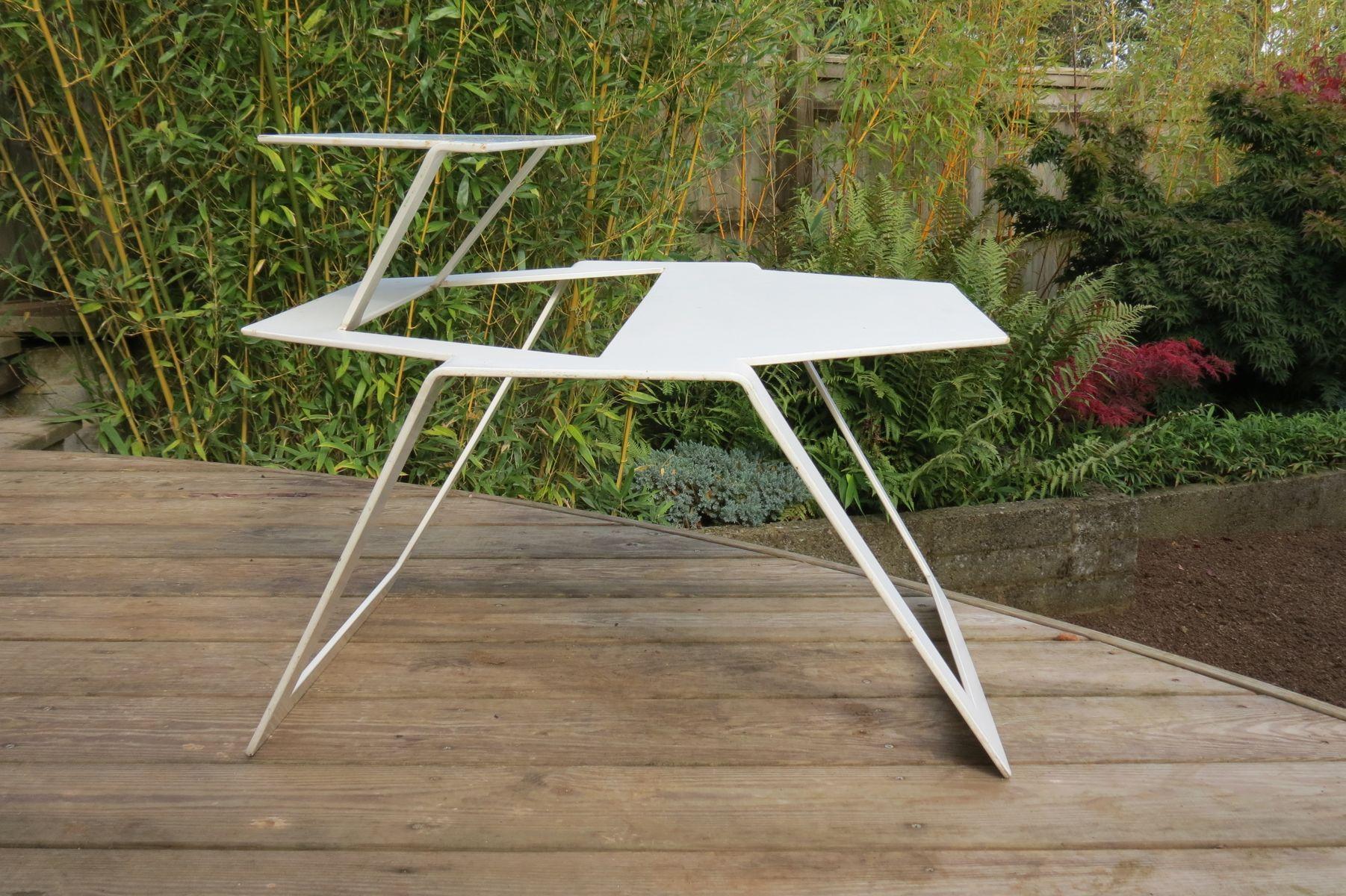 Weißer Vintage Metalltisch in modernem Design