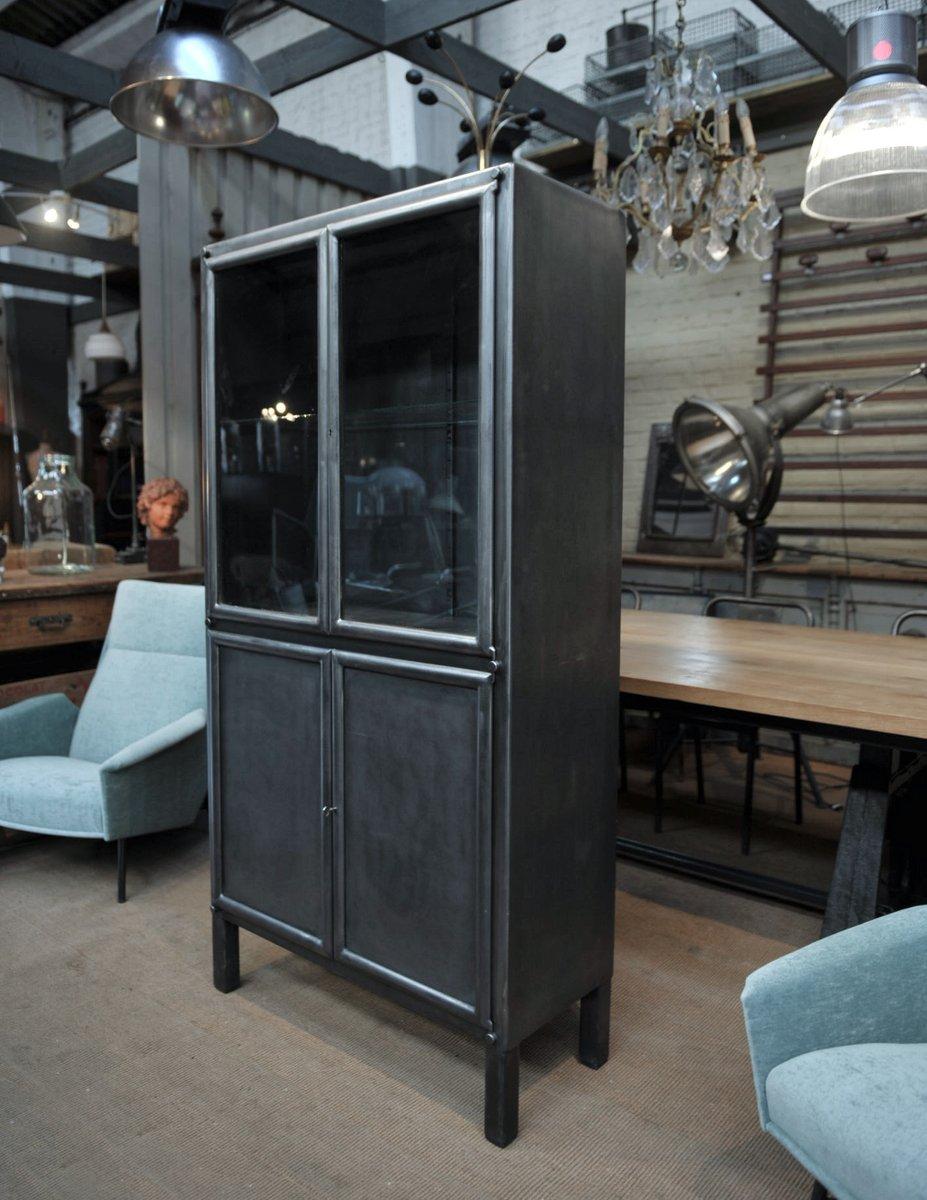 vitrine aus metall mit 4 t ren 1950er bei pamono kaufen. Black Bedroom Furniture Sets. Home Design Ideas