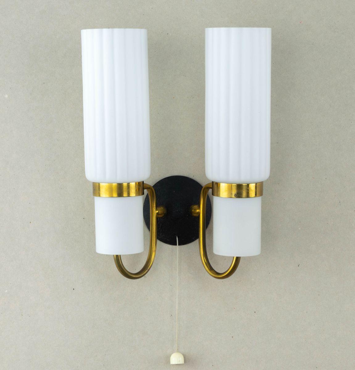 Wandlampe aus Messing und weißem Glas, 1960er